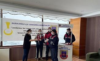 Sarıkamış'ta jandarma kadınlara karanfil dağıttı