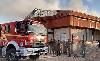Tekstil fabrikasında çıkan yangında soğutma çalışmaları sürüyor