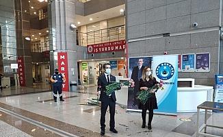 Türk Büro-Sen İstanbul Adalet Sarayı'nda çiçek dağıttı