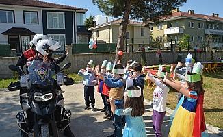 23 Nisan'ı kutlayan öğrencilere polislerden sürpriz