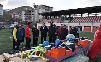 Hakkari Emniyet Müdürlüğünden spor kulüplerine malzeme desteği