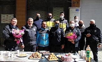 Kavgaya gittiler, pastalı çiçekli kutlamayla duygulandılar