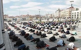 Konya'da Ramazan ayının ilk cuma namazı tedbirlerle kılındı