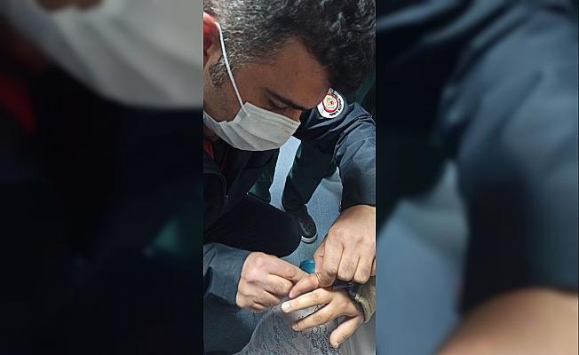 Parmağa sıkışan yüzüğü hastanede itfaiyeciler çıkardı