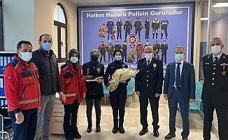 Sağlıkçılar, polislerin gününü kutladı