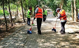 Akçakale'de mezarlıklar rutin olarak temizleniyor