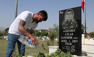 Avusturya'dan geldi, şehit mezarlarını temizleyip kurumuş çiçekleri suladı