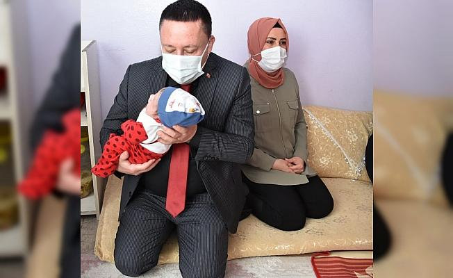 Başkan Beyoğlu, ziyaret ettiği evde yeni doğan bebeğin kulağına ezan okuyup isim verdi