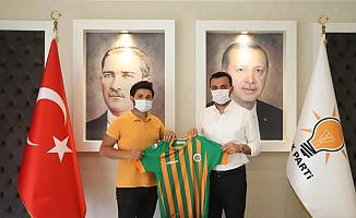 Başkan Toklu yarışmayı kazananlara formalarını verdi