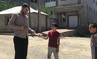 Bingöl'de para bulan çocuklar, parayı imama teslim etti