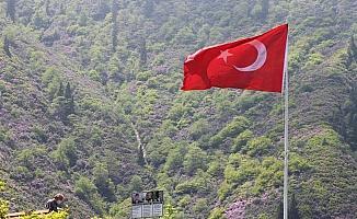 Köyün zirvesine  şehitlerin hatırasına Türk Bayrağı diktiler