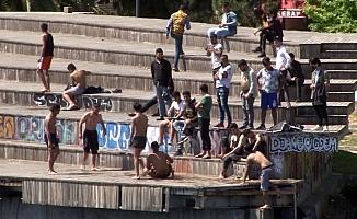(Özel) Karaköy'de yasaklara aldırmadılar, denize girdiler