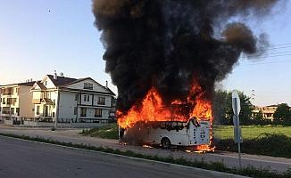 Park halinde yanan midibüs 10 dakika içinde küle döndü