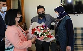 Vali Çiçek huzurevinde kalan anneler ile şehit annelerini unutmadı