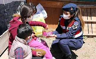 Yozgat'ta jandarma ekipleri köydeki çocukların bayramını kutladı