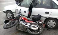 Alanya'da motosikletle otomobil çarpıştı: 3 yaralı