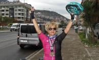 Alanya'da 50 yaşından sonra bisiklete binerek gençlere taş çıkardı