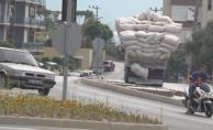 Alanya'da saman yüklü kamyonun tehlikeli yolculuğu