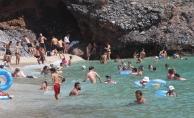 Alanya'da sıcaktan bunalanlar soluğu denizde aldı
