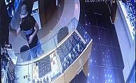 Alanya'da kuyumcudaki hırsızlık anı güvenlik kameralarına yansıdı
