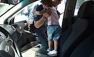 Otomobilde mahsur kalan çocuk cam kırılarak kurtarıldı