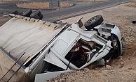 Nar yüklü kamyon devrildi: 3 ölü