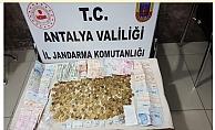 Alanya'da uyuşturucu baskını yapılan evde yüzlerce sikke ele geçirildi