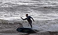 Dev dalgaları gören Alanya'da sörf keyfi yaptı