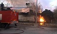 Çıkan yangında 2 ev kullanılamaz hale geldi