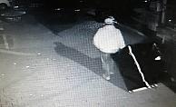 Şaşkın hırsızlar çaldıkları kasayı düşürüp kaçtı