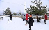 Yurt yolu kardan kapanan öğrencilerin kar sevinci