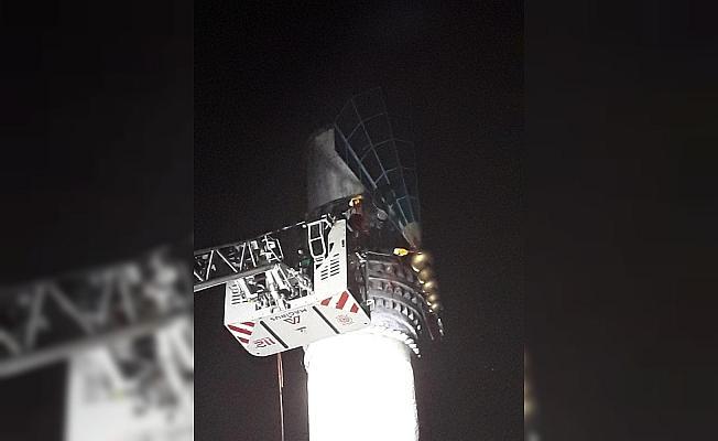 Aşırı rüzgar minareyi yıktı