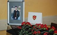 Öldürülen öğrencinin sırası karanfillerle donatıldı