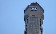 Saat kulesine tırmanan gencin başına süs taşı düştü