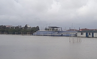 Sağanak yağmur futbol sahasını göle çevirdi