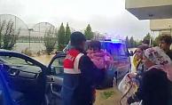 Sel nedeniyle evlerinde mahsur kalan 5 aileyi jandarma kurtardı
