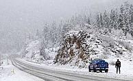 Antalya-Konya kara yolunda ulaşım kar yağışı nedeniyle güçlükle sağlanıyor