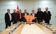 Başkan Böcek'ten Alanyaspor'a marş hediyesi