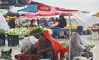 Başkan Yücel'den pazarcı esnafına yağmurluk jesti