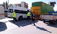 Minibüs kamyona çarptı: 2 yaralı