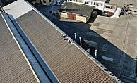 İş yeri çatısında tehlikeli onarım