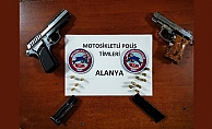 Alanya'da polis yaptığı uygulamada 2 silah ve çok sayıda mermi ele geçirdi