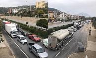 Alanya'da korona uygulamasında kilometrelerce araç kuyruğu
