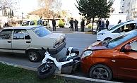 Çarptığı motosikletteki kadının yaralandığını gören kadın şoku üzerinden atamadı
