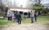 Evde bakım hizmeti için geldikleri evde yaşlı adamın cesediyle karşılaştılar