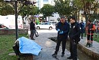 Evsiz adam parktaki bankta ölü bulundu