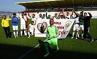 Futbolcu genç saha içinde, kız arkadaşına pankartlı evlilik teklifi yaptı