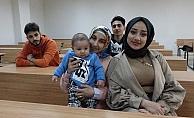 Kader 3 buçuk aylık bebeği ile üniversite sıralarında ders görüyor