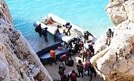 Türk sahil güvenlik botlarını gören Yunan botları, aldıkların göçmenlerin botunun anahtarını geri verdi