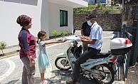 Alanya'da öğretmenden öğrencilerine motosikletiyle ödev servisi